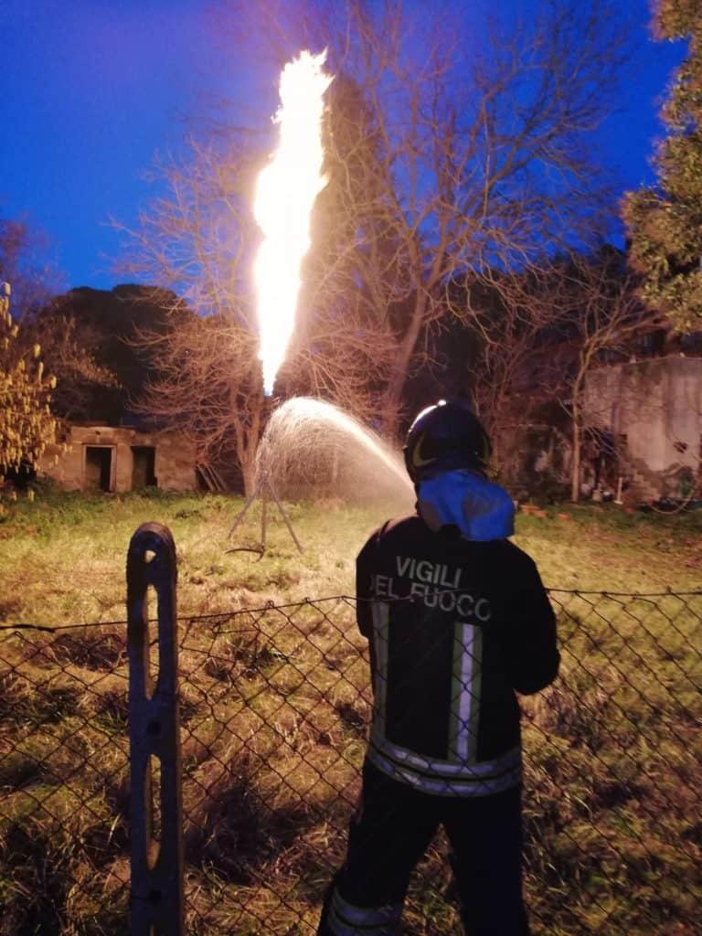 Cesano, vigili del fuoco mettono in sicurezza serbatoio a fuoco