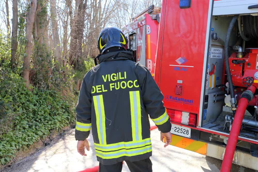 Fiumicino, a fuoco sterpaglie in via del casale di Sant'Angelo