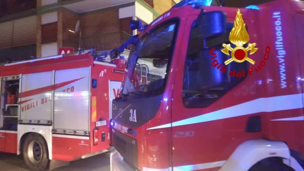 Finisce sotto la metro, salvata dai Vigili del fuoco
