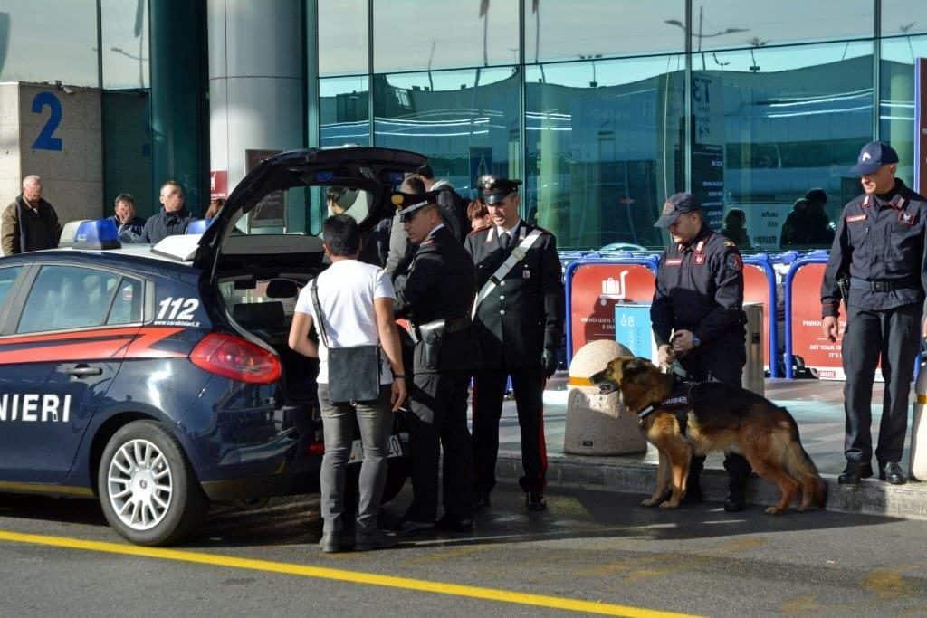 Controlli dei carabinieri ieri all'aeroporto Leonardo Da Vinci