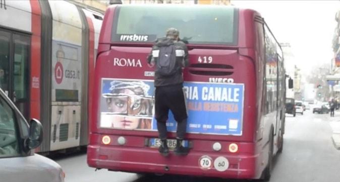 Prende l'autobus al volo per non pagare il biglietto (foto da Il Messaggero)