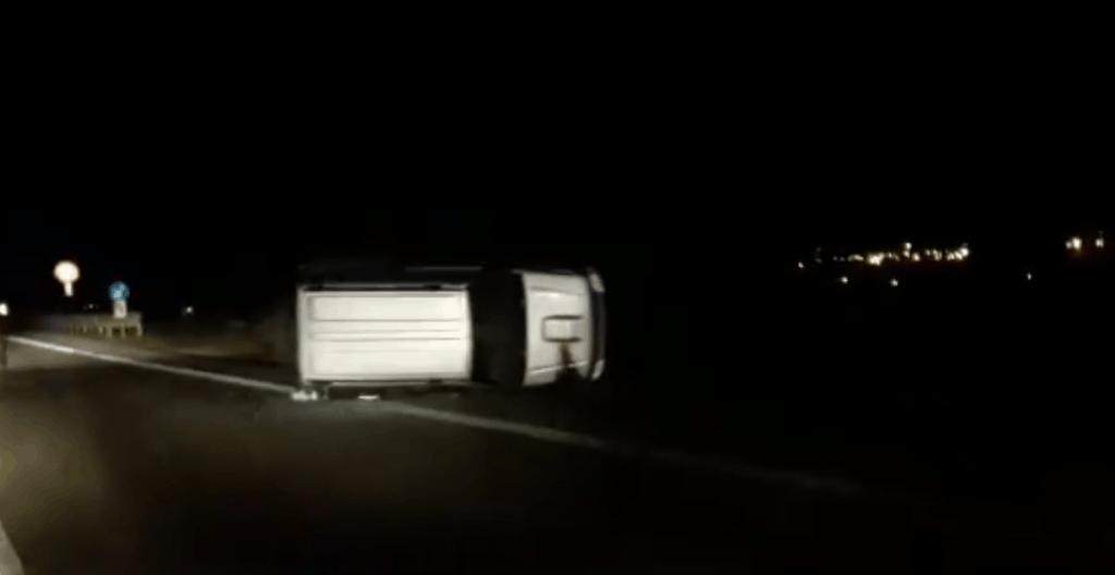 Ladispoli, incidente all'ingresso nord. Auto ribaltata
