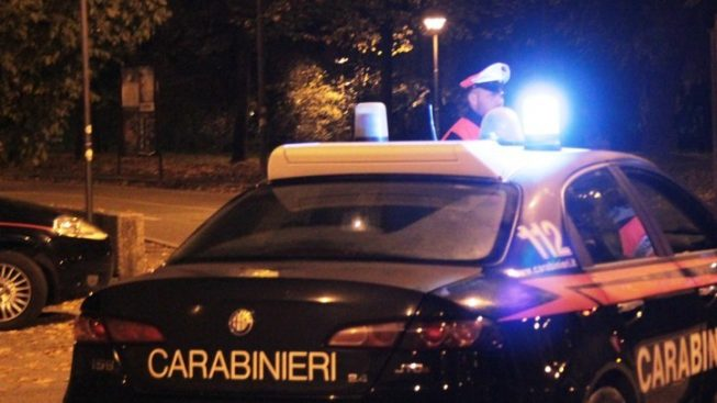 Entrano in pizzeria con una mazza di ferro e la rapinano: arrestati