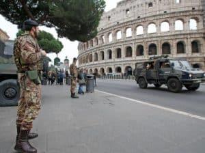Paura al Colosseo. Petardo esplode sotto veicolo blindato dell'Esercito