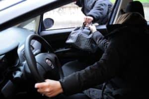 Furti: torna l'incubo dello scippo al semaforo. Paura per i residenti