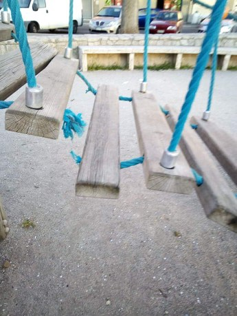 Giochi rotti e pericolosi in piazza Domitilla