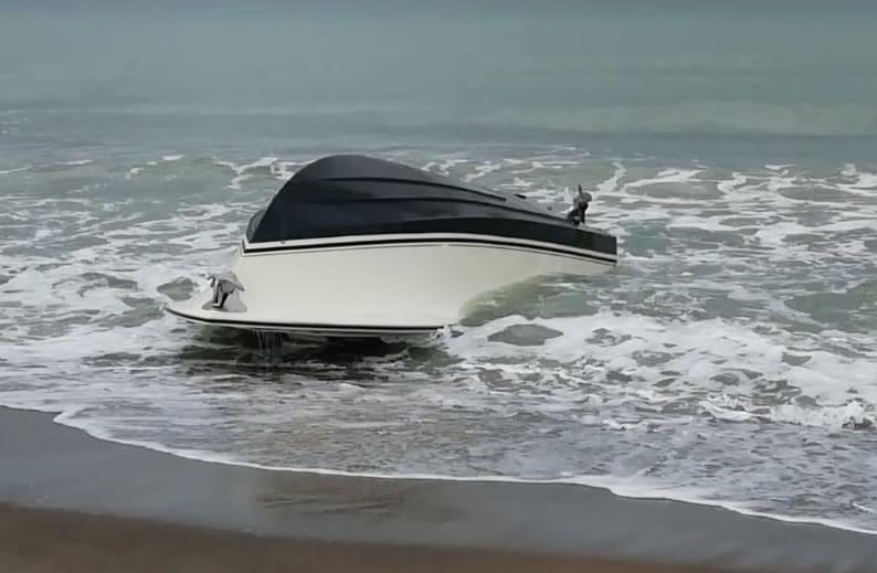 La barca si capovolge e viene scaraventato fuori bordo: salvato dalla Guardia Costiera