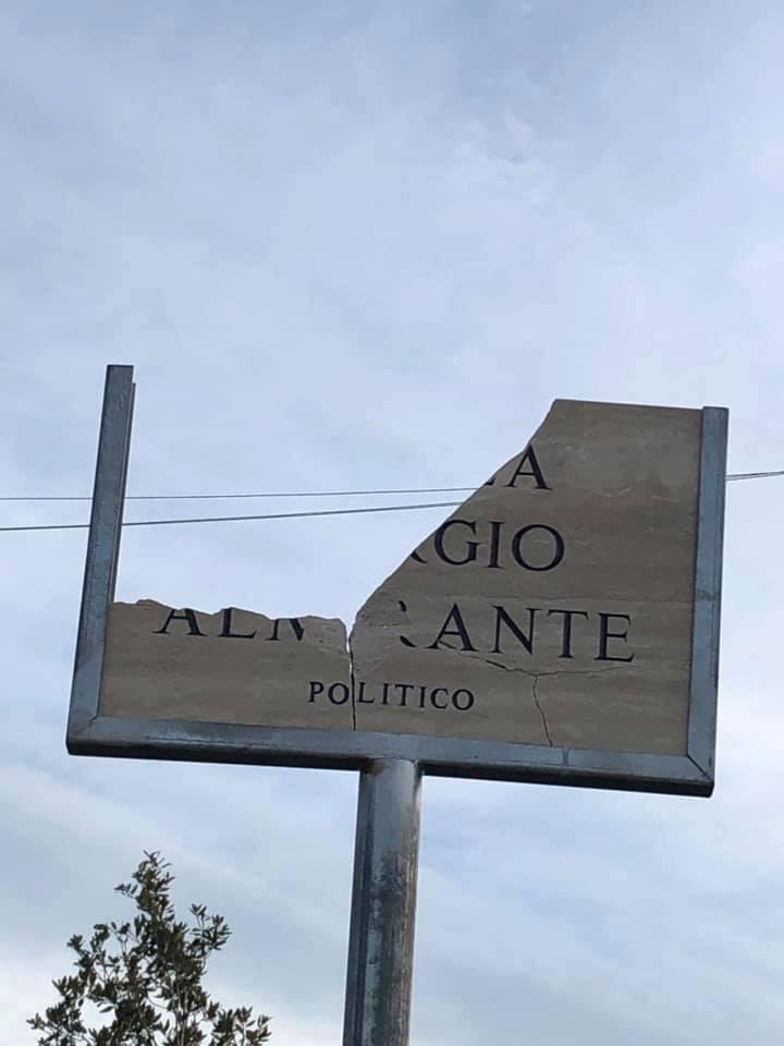 Piazza Giorgio Almirante, distrutta la targa (foto Luigi Cicillini)