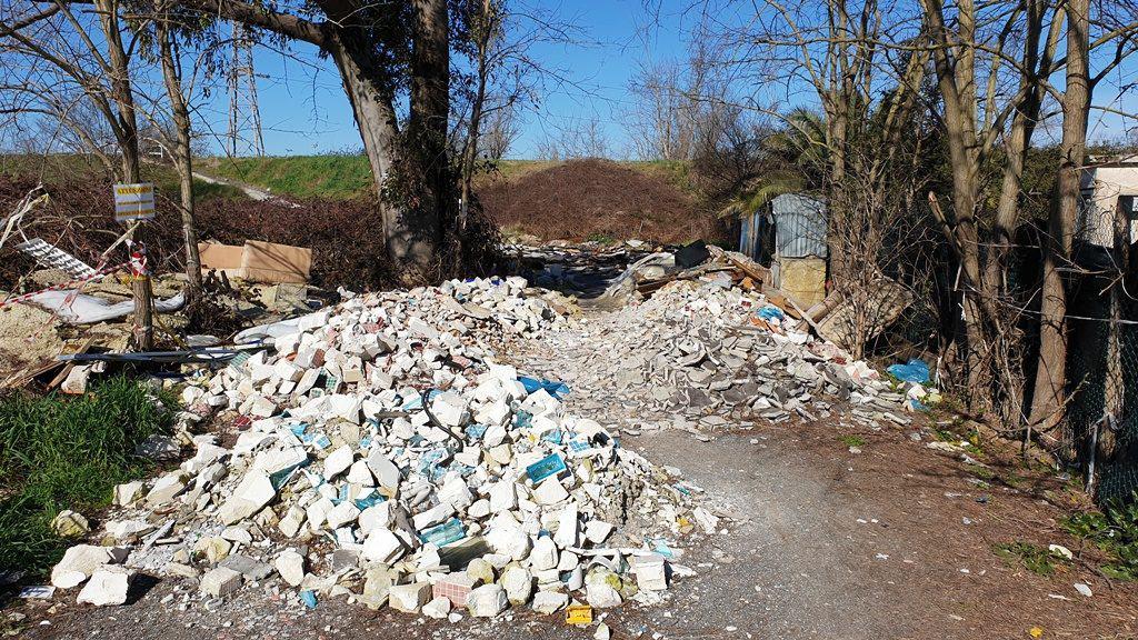 Terreno trasformato in discarica: area sequestrata
