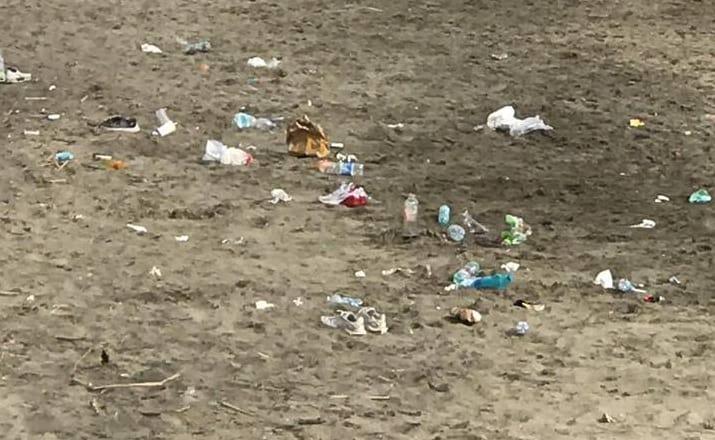 Spiagge affollate per il 25 aprile e ... aumenta il degrado