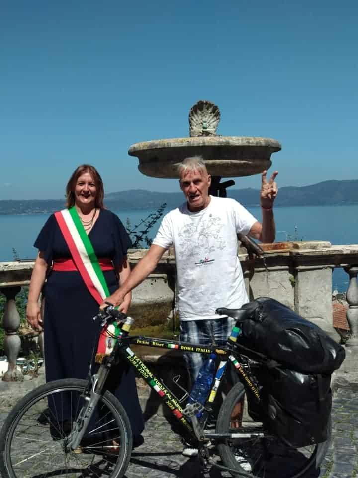 A 83 anni in bici in giro per il mondo: Janus River fa tappa ad Anguillara
