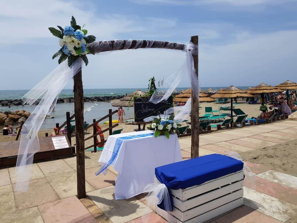 L'altare allestito allo stabilimento La Baia per i matrimoni
