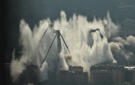 Ponte Morandi, esplodono le pile 10 e 11