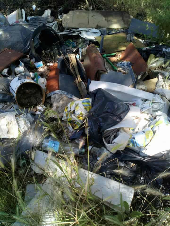 Dall'antincendio ai rifiuti abbandonati: la zona del lago una discarica a cielo aperto