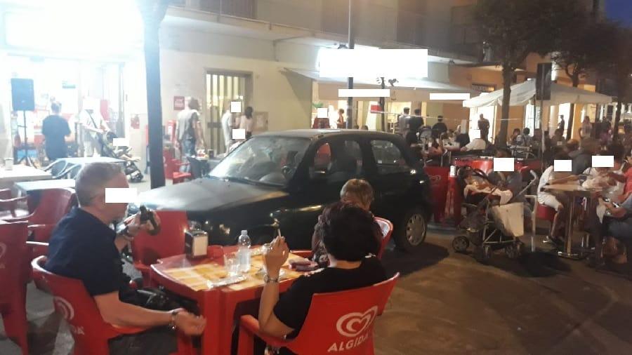 Ladispoli, isola pedonale su viale Italia: le auto 'partecipano' alla festa