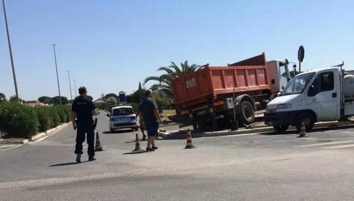 Campo di Mare, camion sprofonda sul lungomare (foto Orticaweb)
