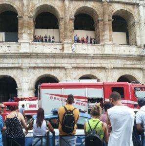 Si arrampica sul cornicione del Colosseo. Fermato da Polizia e Vigili del Fuoco
