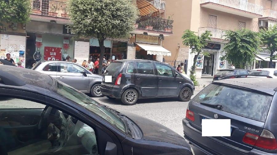 Ladispoli, viale Italia preda delle doppie file