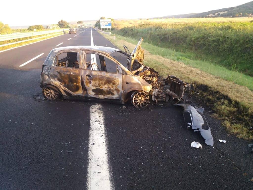 Incidente sulla A12, auto in fiamme: nessuna vittima