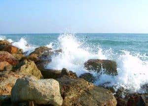 Fiumicino, barca in alto mare rischia di schiantarsi contro la scogliera