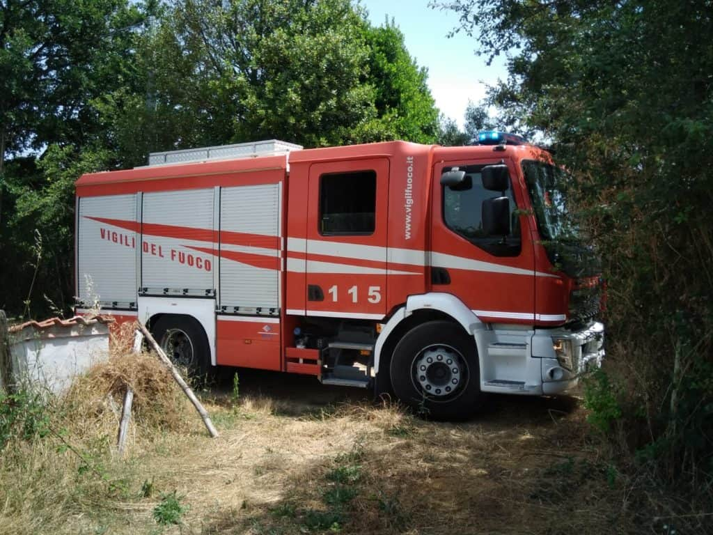 Incendio vicino al bosco, intervento provvidenziale dei vigili del fuoco
