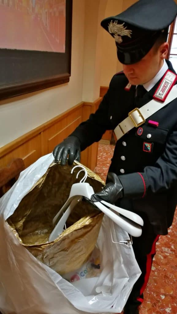 Shopping con borse schermate, arrestato russo