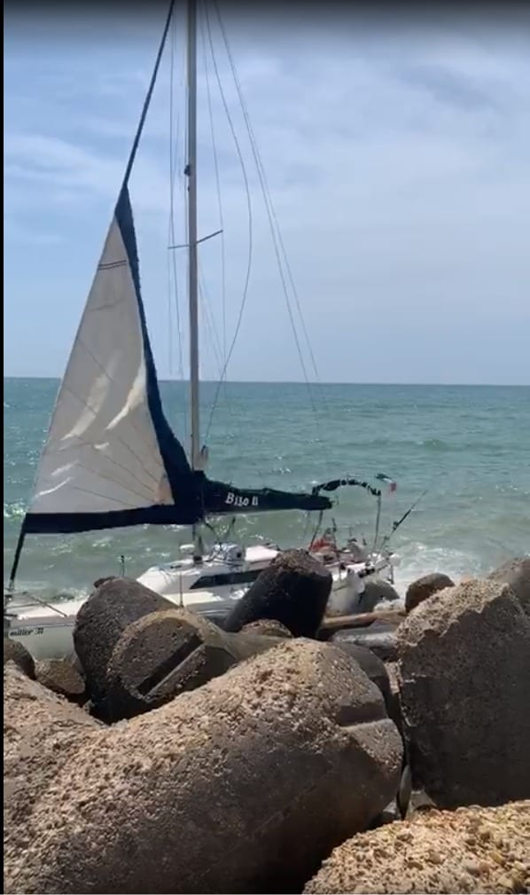 Fiumicino, barca a vela si schianta contro gli scogli