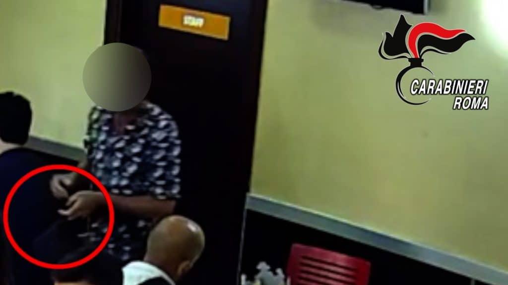 Ladri in azione all'interno di un fast food