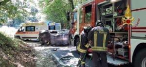 Tolfa, auto si ribalta più volte in strada. I vigili del fuoco estraggono 72enne