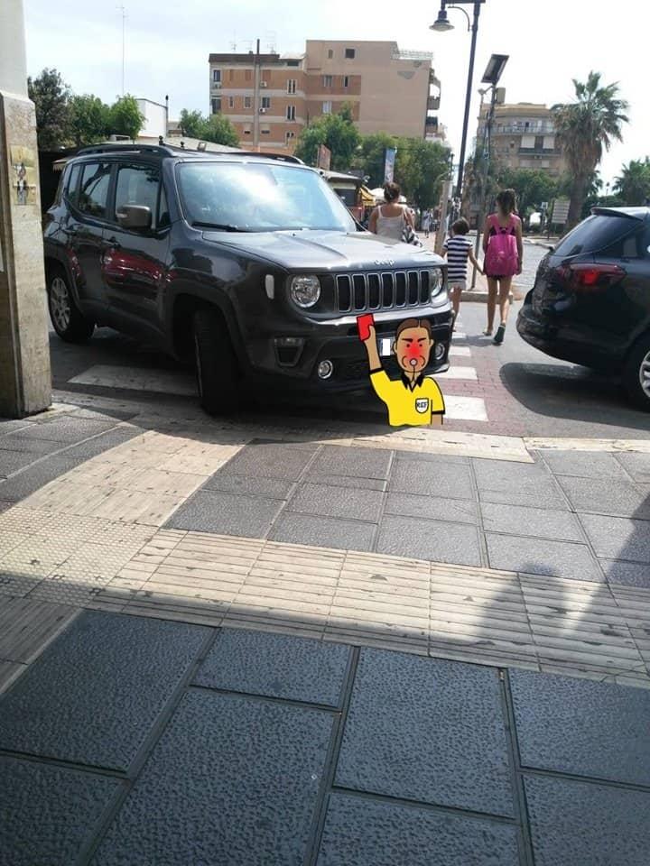 Ladispoli, sosta selvaggia su scivoli e parcheggi per disabili: è guerra