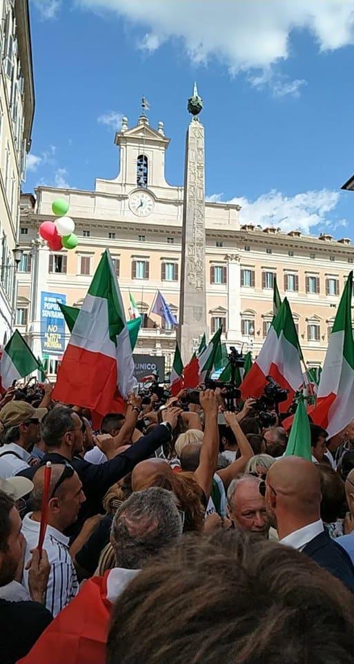La Camera vota la fiducia a Conte e in piazza FdI e Lega protestano