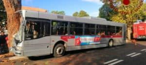 Autobus esce di strada e finisce corsa contro albero, 14 feriti