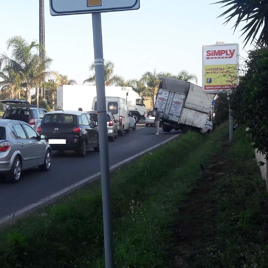 Ladispoli, furgone perde il controllo sulla settevene palo e finisce in cunetta