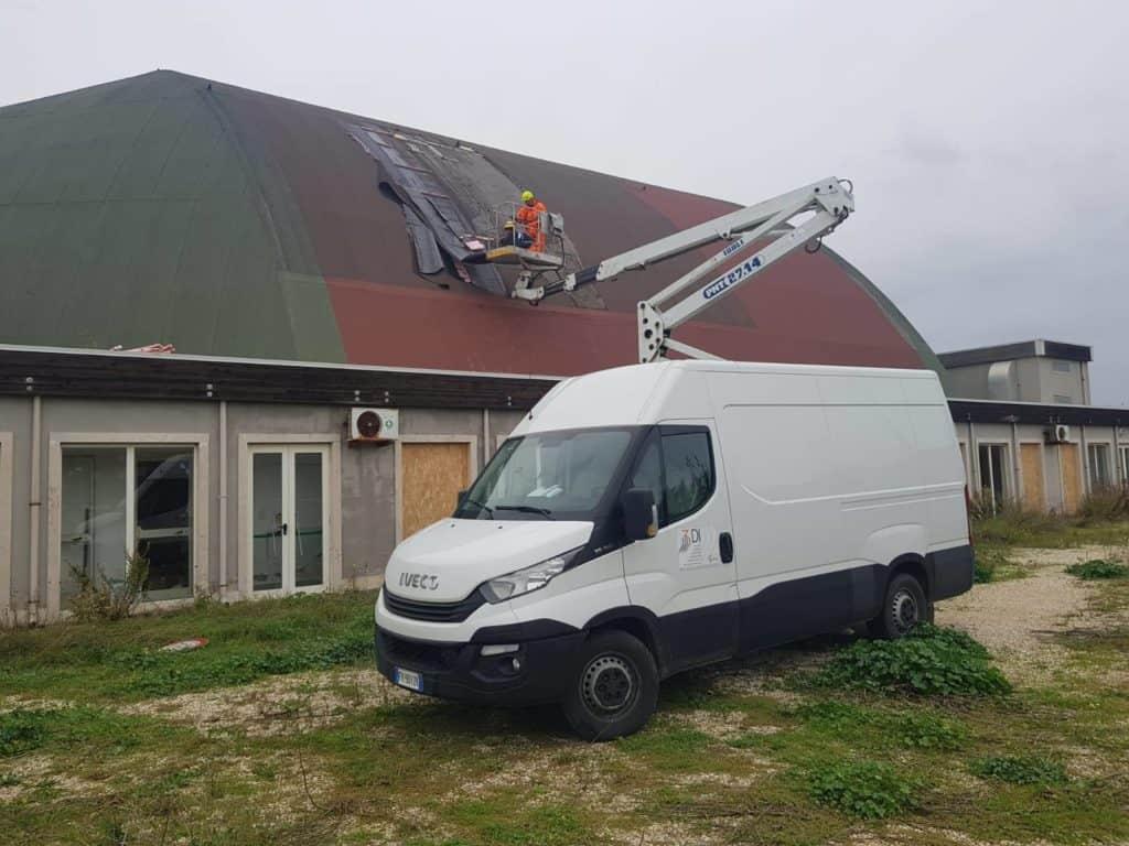 Fiumicino, rimozione di un tetto del Palazzetto in balia del vento