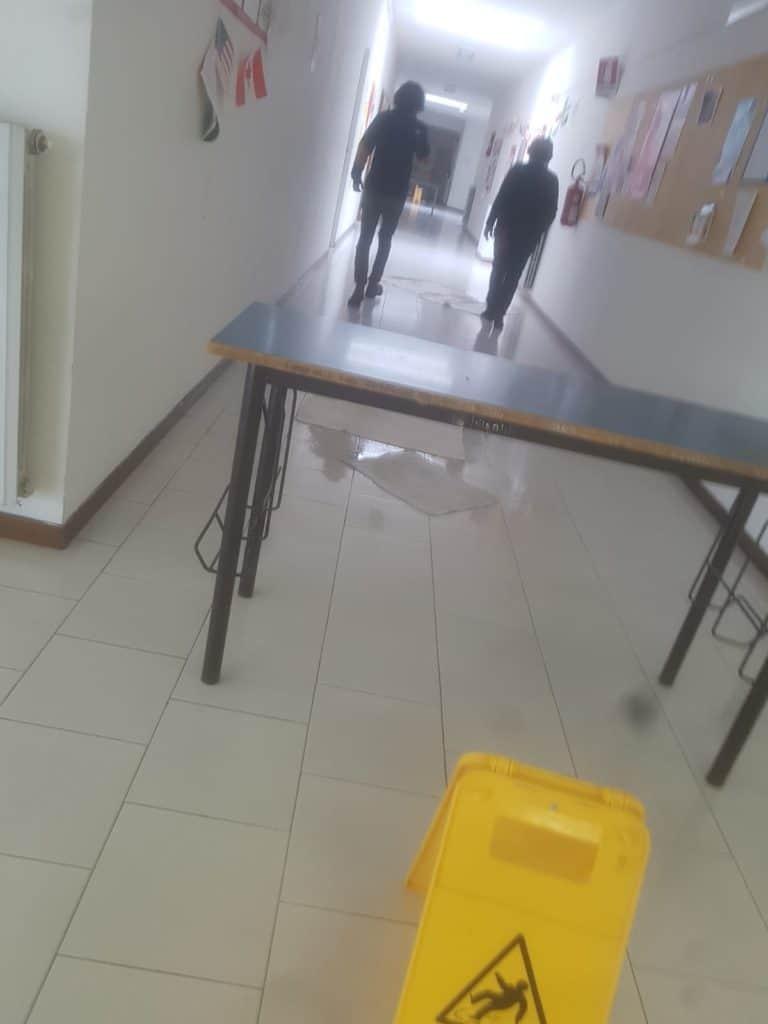 Cerveteri, piove in classe al Mattei: studenti furiosi