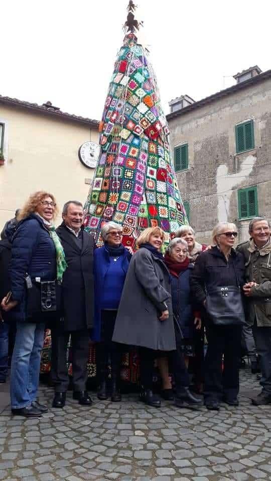 A Manziana un albero di Natale in uncinetto