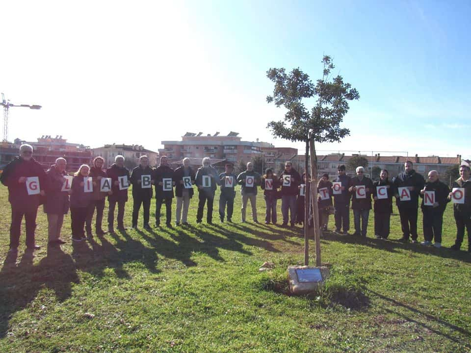 Ladispoli, cittadini e volontari manifestano per tutelare gli alberi e l'ambiente.