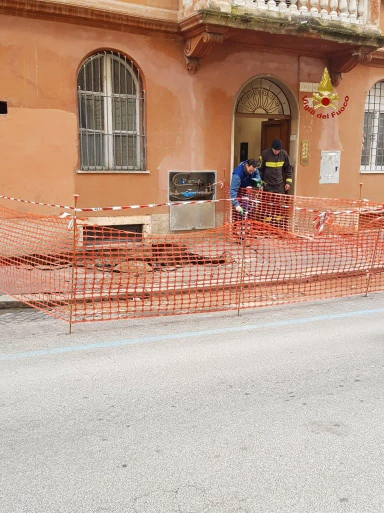 Cede la sede stradale a ridosso di un edificio: evacuate alcune famiglie