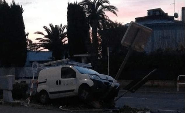 Santa Marinella, furgone contro rilevatore della velocità