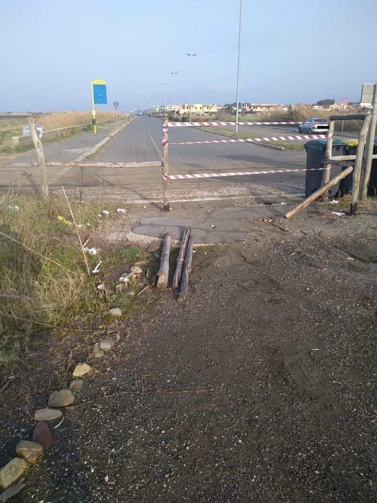 Vandali alla Palude di Torre Flavia: rimossi i pali della staccionata realizzata in primavera