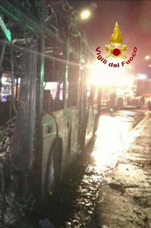 Autobus a fuoco sulla Cassia: intervento dei vigili del fuoco