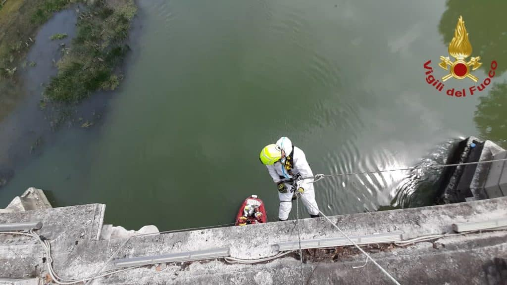 Si siede nell'arcata inferiore del ponte: recuperato dai vigili del fuoco