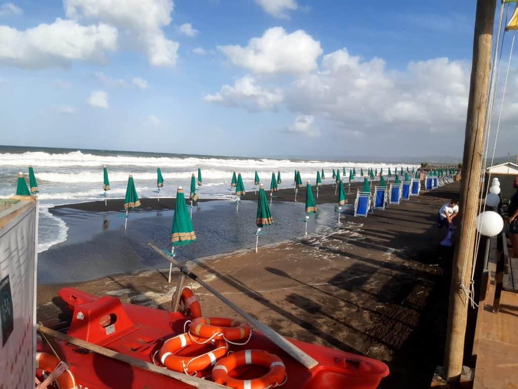 Campo di Mare, stabilimenti ancora nella morsa della mareggiata