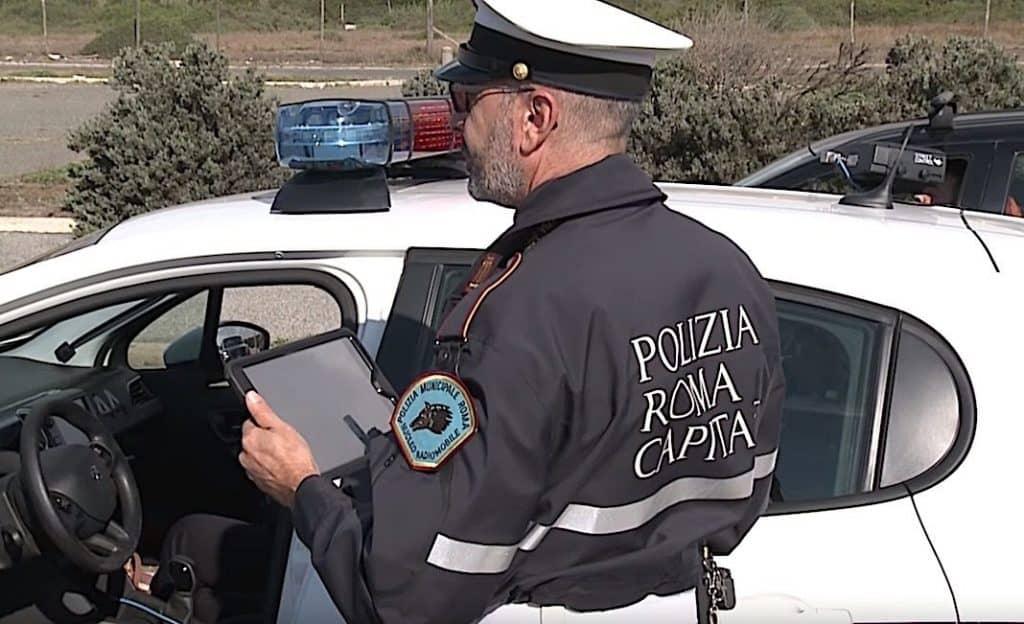 Roma, vigili in azione per lo sgombero di un campo nomadi vicino al Foro Italico