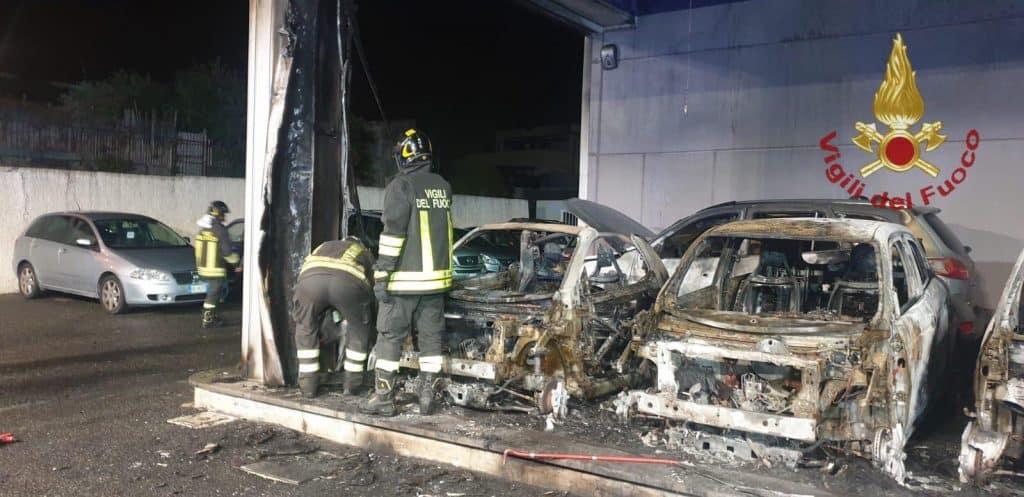 Civitavecchia, auto in fiamme in un concessionario