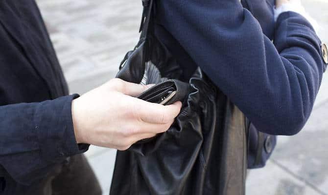 Si finge cliente di una pizzeria e ruba una borsa, arrestato