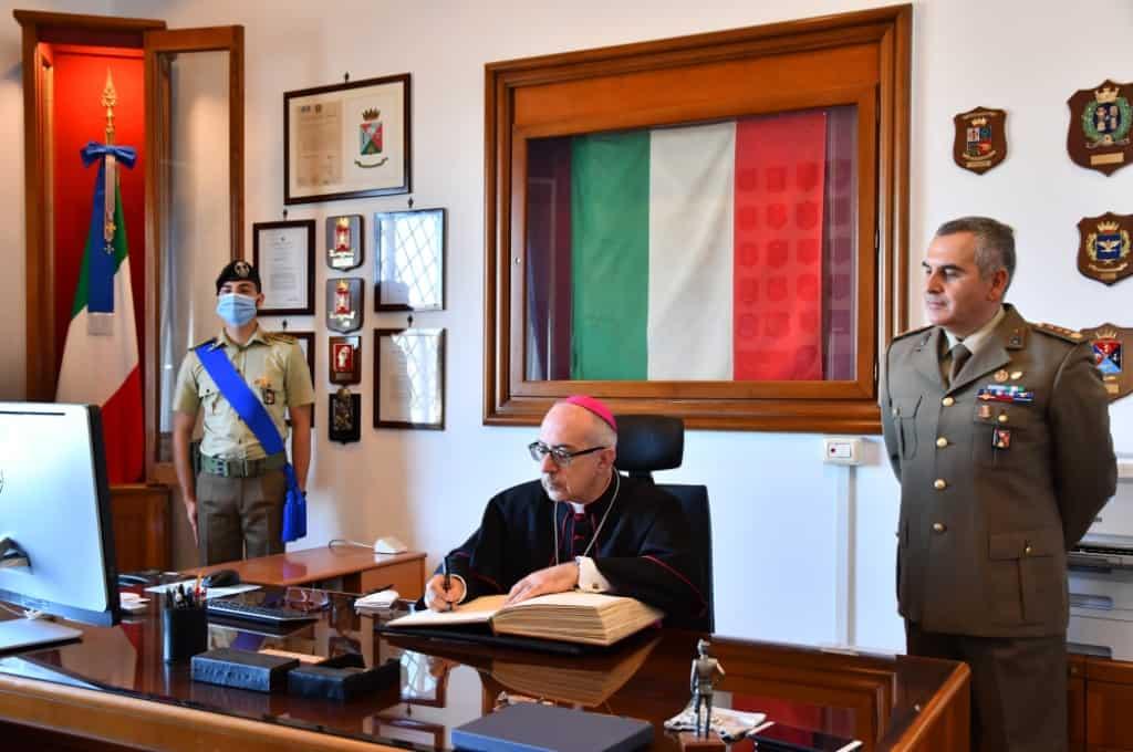 Monsignor Ruzza fa visita al Reggimento Trasmissioni di Civitavecchia