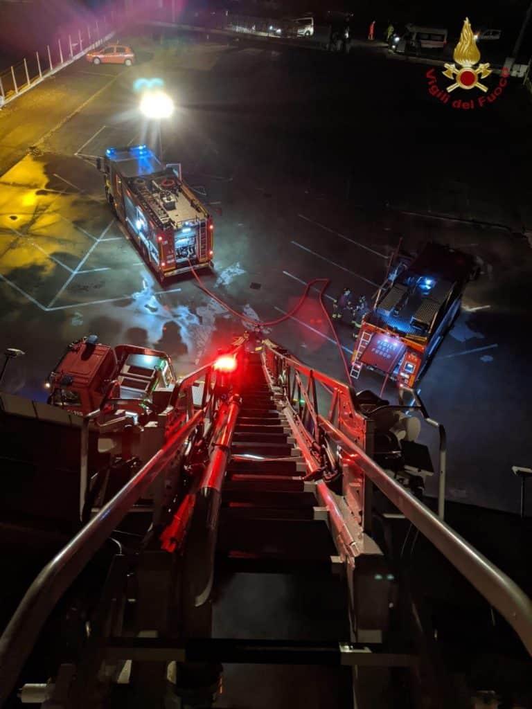 Cerveteri, a fuoco Carabetta casa: salvato il custode del capannone