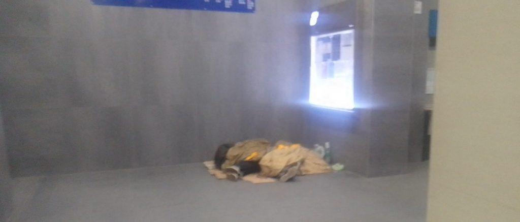 """Clochard alla stazione di Ladispoli, Ardita: """"Mai detto di cacciarli"""""""