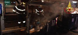 Cassonetti in fiamme nel pomeriggio: intervengono i VVF